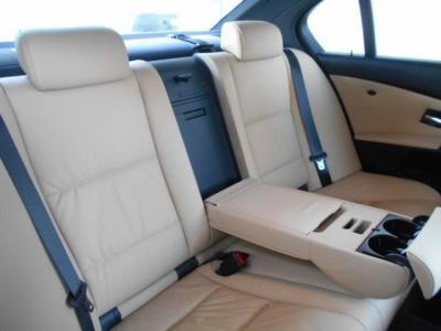 ミドルレンジ高級スポーティーサルーンと呼ぶにふさわしくゆとりのある後部座席空間!!中央ひじ掛けを戴せば更に快適で気分はまさにVIP。