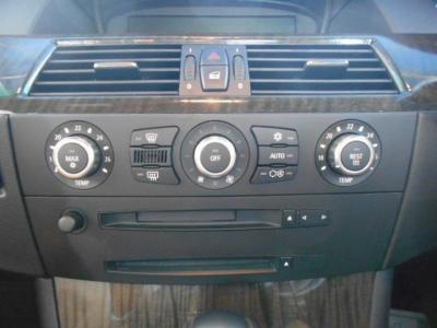 左右独立で温度調整可能なオートエアコンに自然な音質の純正MD/CDデッキ。