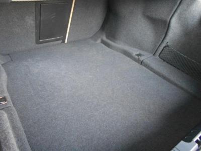 間口の広いトランクは520Lと十分な容量が確保されています。 マットの下には小物入れが隠されていますよ。