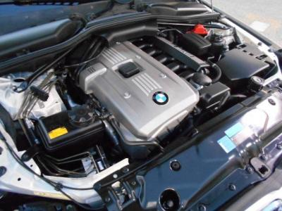 ストレート・シックス2.5L直列6気筒DOHCエンジンは最大で218ps/25.5kg・mを発揮。6ATとの組み合わせでトルクフルでスムーズな加速を得られ、アクセルのレスポンスも鋭くドライブの楽しさを体感させてくれます。