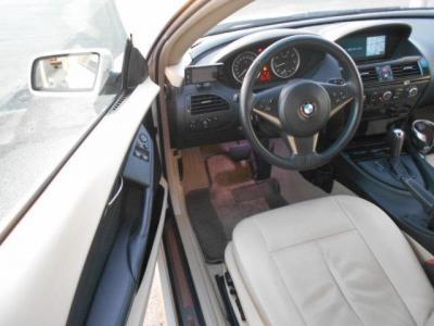 フラッグシップクーペの余裕ある運転席はベージュの本革電動シート。包み込まれるような余裕のある大きなシートなので、長距離ドライブも疲れにくいです!