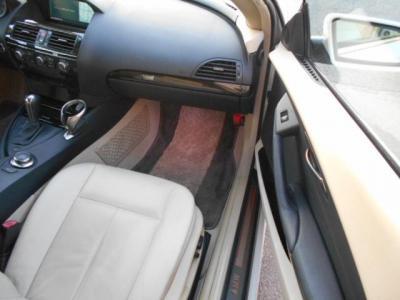 足元も余裕な助手席は女性に嬉しいシートヒーター付き!!クーペですがドアは軽く、楽々乗り降りが可能です!