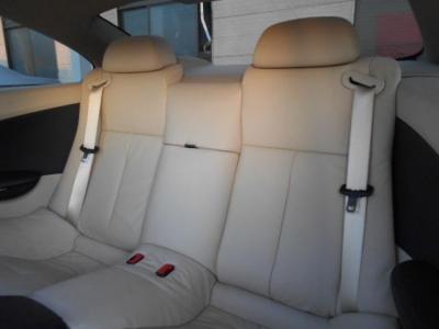 真ん中が隔てられている後部座席の空間。決して広くはない後部座席の空間ですが、少しの距離であれば大人4人が乗っても、さほどきつくはないでしょう。