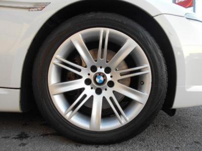 純正の18インチアルミが装着され、目立つガリキズなどは見受けられません。タイヤは17年製で装着されてからおおよそ2,000kmほどしか走行されていません!