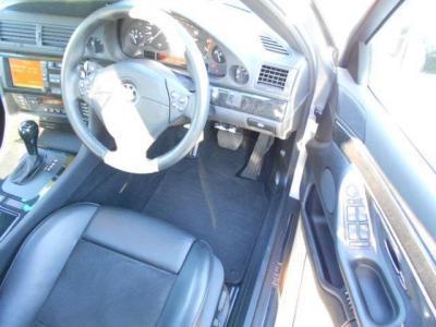 広々とした運転席には座り心地もよくホールド性も高いMスポーツ専用のスポーツシート。高級レザーとアルカンターラの(座面部)のスポーツシートコンビのメモリー機能付きパワーシート!!