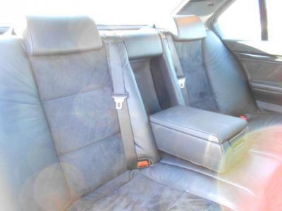 間口も広く乗り降りし易い後席は正にビジネスクラスといった広々空間で、後席にもシートヒーター装備は流石フラッグシップ!!