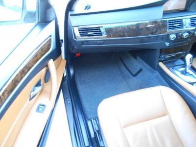 広々とした助手席にも運転席と同様のシートが装備され、運転席以上に快適にくつろいでドライブを楽しめます。女性に人気のあるシートヒーターが助手席にも付いています!!