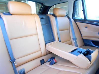 ミドルレンジ高級スポーティーと呼ぶにふさわしくゆとりのある後部座席空間!!中央ひじ掛けを倒せば更に快適で気分はまさにVIP。シートを倒せば広々とした大きな荷室に変わります!!