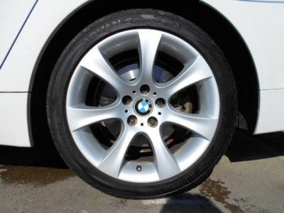 純正18インチアルミは4本共大きなガリキズ等無く綺麗な状態です。タイヤの溝は5分山程残っているのでまだまだ走行できそうです!!