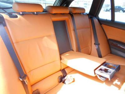 間口の広い後席は乗り降りしやすく、足元もゆったりで後席用エアコン吹き出し口もちゃんと付いてます!更にひじ掛けには後席用カップホルダーも装備され快適に過ごせますよ!!