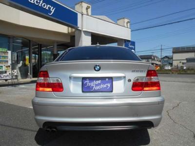 大人でも十分くつろげる居住空間を確保した後部座席は、流石に間口も広く乗り降りも楽です。中央のひじ掛けを倒して2座面で使用することで更に快適に過ごせます。