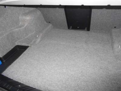 間口も広く必要十分なトランクスペースは440Lの容量を誇ります。社外ウーファーが取り付けられております。