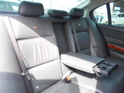 流石セダン!!間口の広い後部座席は、足元空間も後輪駆動とは思えないくらい十分に確保され、ひじ掛けを倒せば後席用カップホルダーが使え、4人乗車であれば更にくつろげる空間になります!