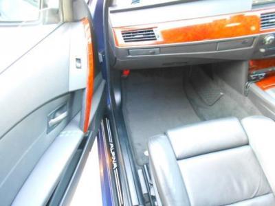 運転席よりもさらに余裕のある助手席にも高級レザーの電動スポーツシートが装着され、前席は女性に嬉しいシートヒーター付き!!季節の変わり目で少し肌寒いときなど快適に過ごせます!!