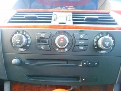 左右独立で温度調節可能なオートエアコンに、自然な音質の純正CD/MDデッキ!!オーディオ操作はハンドルのマルチファンクションでも可能です!!