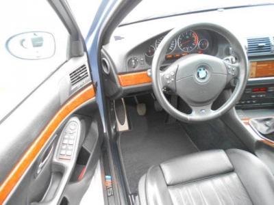 ゆとりの有るスペースの運転席はメモリー機能付き電動シートで、ドライビングポジションを無段階に調整できます。「M5」レタ−のドア・エントリ−・シルが特別感を演出してくれています!!