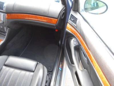 広々スペースの助手席にも電動シート機能が付いており、前席には女性に嬉しいシートヒーターも装備されています。シートヒーターは一度使うと病みつきになりますよ!!