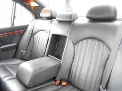 使用感の少ない後席は流石5シリーズと思わせるゆったり空間が広がってます。中央ひじ掛けを倒し2座面として使用すればさらに快適な空間でロングドライブでも窮屈さを感じさせません。