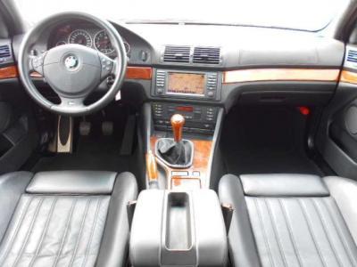 M5専用のスポーティ・インテリアで黒を基調とした内装には、ウッドパネルに高級感漂う黒革シートがプラスされ、まさに高級スポーツサルーンな内装です!!