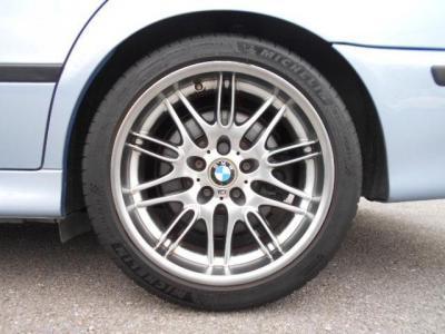 18インチのM5専用アルミホイールです。タイヤは新たに装着されたばかりのミシュランのPS4が履かれています!足廻りにはビルシュタインのショックアブソーバーに変更されています!!
