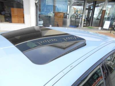 チルト機能付きのサンルーフは高速走行中の空気入れ替えなどにも便利に使えます。窓を開けるよりも風切り音が気になりませんよ!!