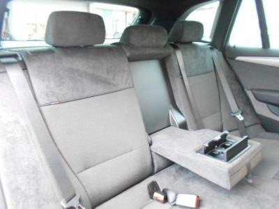 十分な空間が確保された後部座席には後席用エアコン吹き出し口も装備されています。中央ひじ掛けを倒して二人掛けで使うも良し、3人掛けで使うも良しですね!! 後席用カップホルダーも付いてます!!