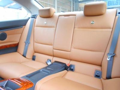 後席は2座面とすることで2ドアクーペとは思えない広々空間が確保されており、後席用エアコン吹き出し口はもちろんひじ掛けにカップホルダーも装備しています。前席肩部には後席乗り降り用に電動スライドスイッチも!