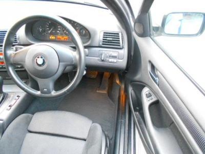 必要十分なスペースの運転席にはMスポーツPKGのエアバック付の本革3本スポークのステアリングとホールド性の高いスポーツシートが装備されています。