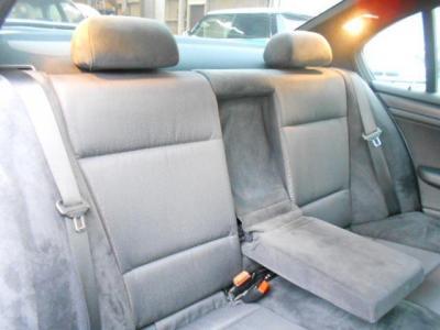 後席への乗り降りもセダンだから楽に行え、使用感の無い後席は大人でも十分くつろげる居住空間が確保されています。大人二人なら十分くつろげる居住空間を確保した後部座席.
