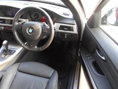 ホールド感のある本革のスポーツシートは、運転席はメモリー機能&ランバーサポート調整付パワーシートとなるので、家族で運転するようなケースでもベストな運転ポジションを記憶させておくことが出来ます。
