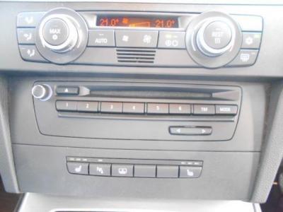 CDデッキ、左右独立して温度調節可能なエアコン。シートヒーターにPDC、Rrガラスブラインドのスイッチになります!