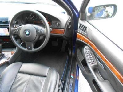 余裕のある運転席にはMスポーツ専用メモリー機能付き電動スポーツシート。前後上下と無段階でポジション調整が行なえます。