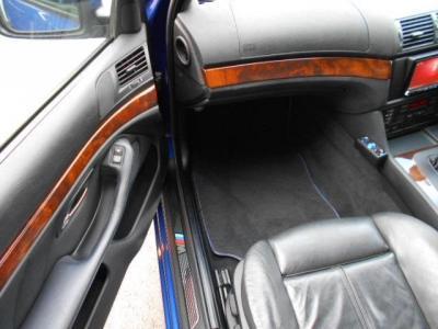 足元にも余裕がある助手席にはロングドライブでもゆったりくつろげる空間が広がっています。ゆったり目のスポーツシートは肌触りと共に優しく体をホールドしてくれます。シートヒーター付です!