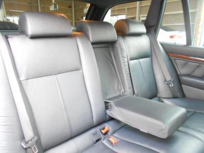 使用感の無い後部座席は大人2人が乗るには十分すぎる大きさで快適です!