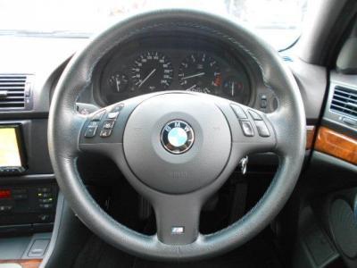 握り心地のよいMスポーツの本革マルチファンクション付きステアリング。この車格でも軽快なハンドリングが楽しめるのは流石BMWですね!!