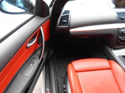 助手席にもサイサポート調整機能付きパワーシートが装着され、前席は女性に嬉しいシートヒーターも装備。肩のスイッチは後席乗り降りのための電動スライドスイッチです!!もちろん運転席側にもついてます!!