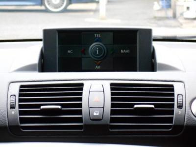 iDriveは自動可動式のONダッシュモニターになっています!走行中モニターが視界に入ってしまうようであれば、モニターを閉じる事も可能です!E/Gを掛けると自動で開き、切ると自動で閉じます!