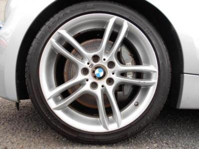 足元のMスポーツ純正18インチアルミホイールが、この車を更にスポーティーに見せてくれます。タイヤは標準のPOTENZA ランフラットのタイプが装着されています!!
