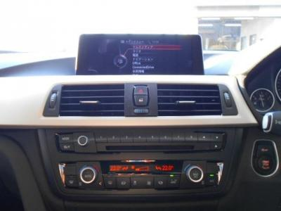 使い易くなったiDriveに純正ナビ、純正CD/DVDのシングルデッキに左右独立で温度調整可能なオートエアコン。iDriveにHDDナビ、ミュージックサーバー機能も兼ね備えています。