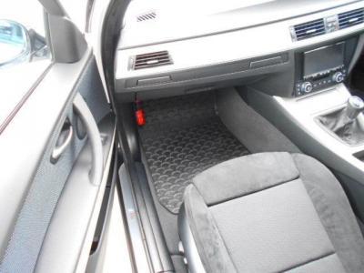 足元ゆったりの助手席スポーツシートにもパワーシート機能が装備され、無段階でリクライニング調整が行なえます。格納式のドリンクホルダーも装備!!