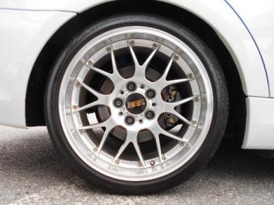 BBSの鍛造2ピースホイールのRS-GTが装着され、足元が引き締まって見えます!純正のアルミも弊社在庫でございますので、ご来店の際是非ご相談下さい!!