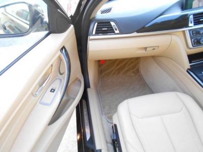 足元にも余裕たっぷりな助手席はロングドライブでも快適そのもの。前席にはシートヒーターが装備され、一度使うと手放せない快適さ!!