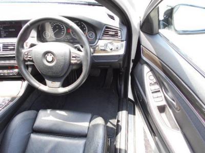 先代E60よりも余裕のある運転席には、上質なナッパレザーのMスポーツ専用電動スポーツシートが装備され、ロングドライブでも疲れません!!