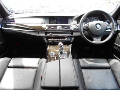 黒を基調とした内装には上質な黒革シートと、クロームアクセントの施されたウッドパネルが装備され、これぞBMWのアッパーミドルクラスといった上質な空間を演出しています。また、こちらの車両はオプションでブラッ