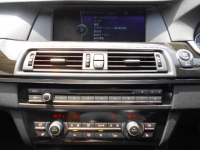 操作し易くなった第2世代型iDrive、操作しやすくなった純正HDDナビにはミュージックサーバ—機能も搭載されているのでお気に入りの音楽をライブラリに登録できます。走行中のDVD視聴も可能になっております!