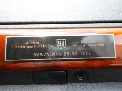 助手席前のダッシュボードには、アルピナ社の生産番号が刻まれたプロダクションナンバーの生産台数85台中035のプレートが目を引きます。