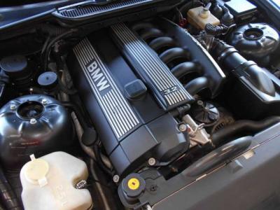 アルピナ社によってチューニングされた直列6気筒DOHC24バルブエンジンは、271ps/33.6kg・mを発揮し、スピードメーターは300km/hまで刻まれています。