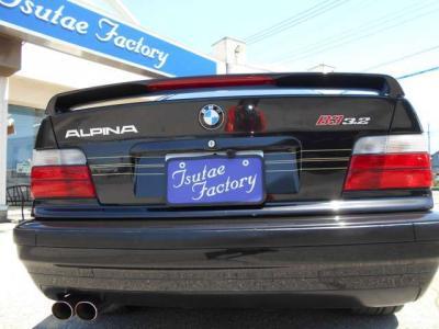 トランクに貼られた「ALPINA」と「B3 3.2」のエンブレムが、この車の存在感を更に引き立てています!!バックカメラも装着されていますので後退時も安心です!
