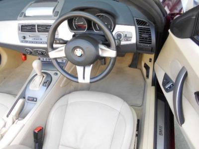 ローポジションで奥行きのある運転席。BMWの電動シートは、座面の高さを調整できるのでベストなドライビングポジションに調整しやすいですよ!!