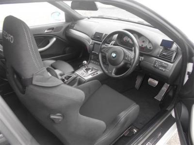 M3の走りを期待させるドライバーズシートは、まさにコックピットを彷彿させるデザインです。足元にはM専用アルミペダルが取付けられています!